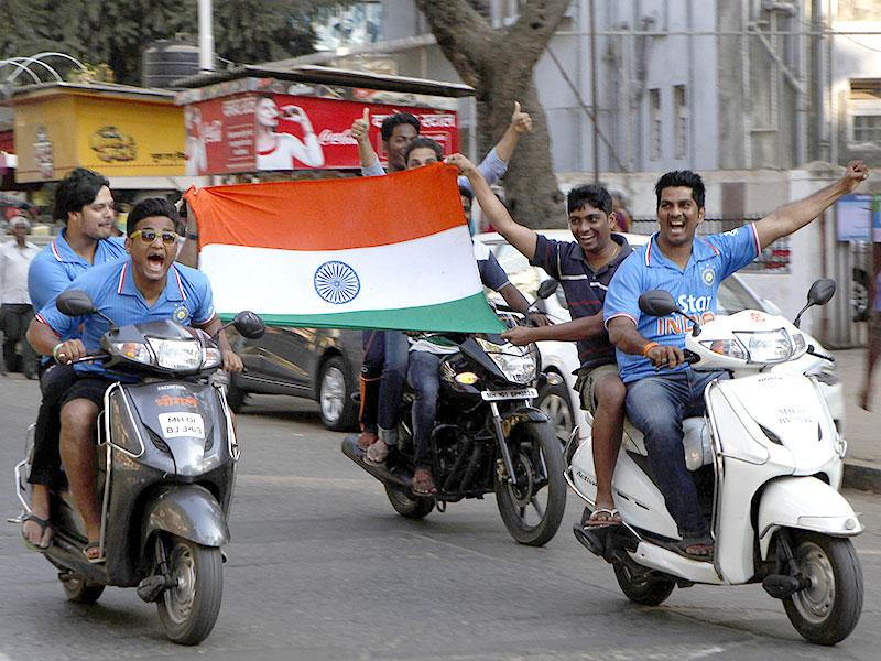 Fans in Mumbai celebrated India's win over Pakistan in a World Cup match. (Anshuman Poyrekar/HT photo)