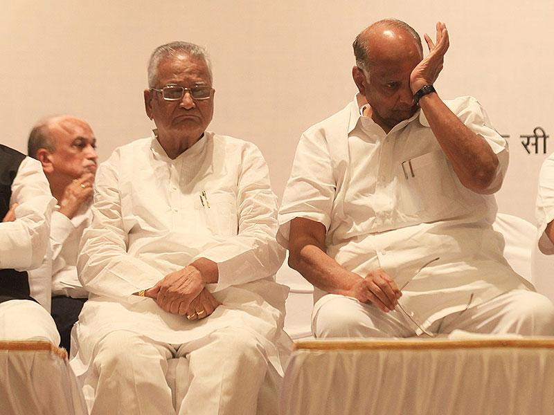 State losses a mass leader: NCP chief Sharad Pawar along with other political leaders attended a condolence meeting for former Maharashtra home minister RR Patil, in Mumbai. (Asnhuman Poyrekar/HT photo)