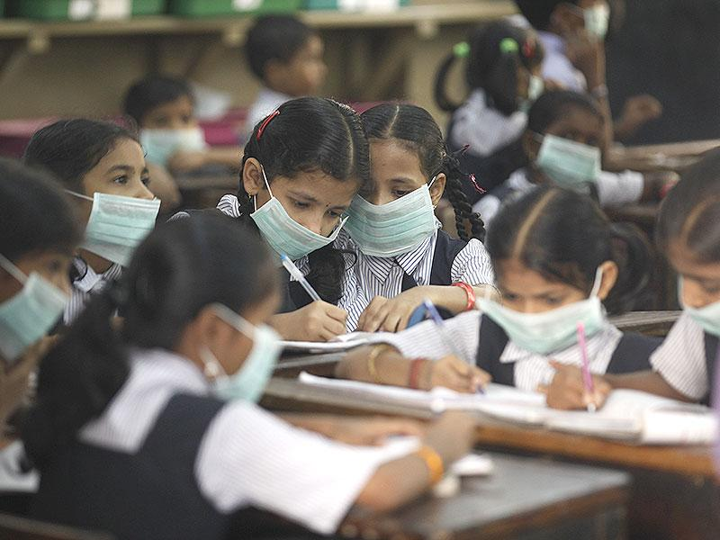 Masks were distributed to school children as a precaution against swine flu, in Mumbai. The swine flu outbreak in the country has set alarm bells ringing. (Vijayanand Gupta/HT photo)