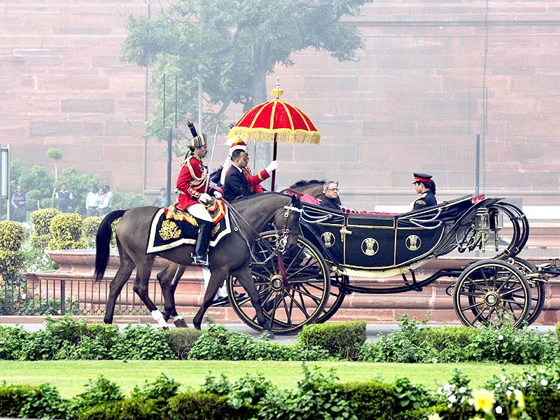 President Pranab Mukherjee's cavalcade is seen en route to Parliament to address both Houses on the first day of the budget session. (HT Photo/Vipin Kumar)