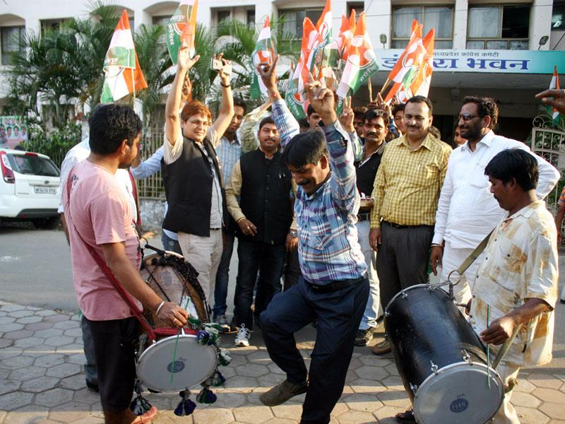 Congress leaders celebrate outside PCC office following reports that governor Ramnaresh Yadav had resigned, in Bhopal on Wednesday. (Bidesh Manna/HT photo)