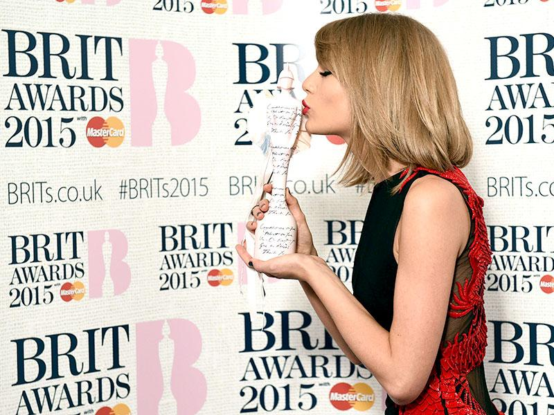 US singer Taylor Swift poses with her International Female Solo Artist award at the BRIT Awards 2015. (AFP)