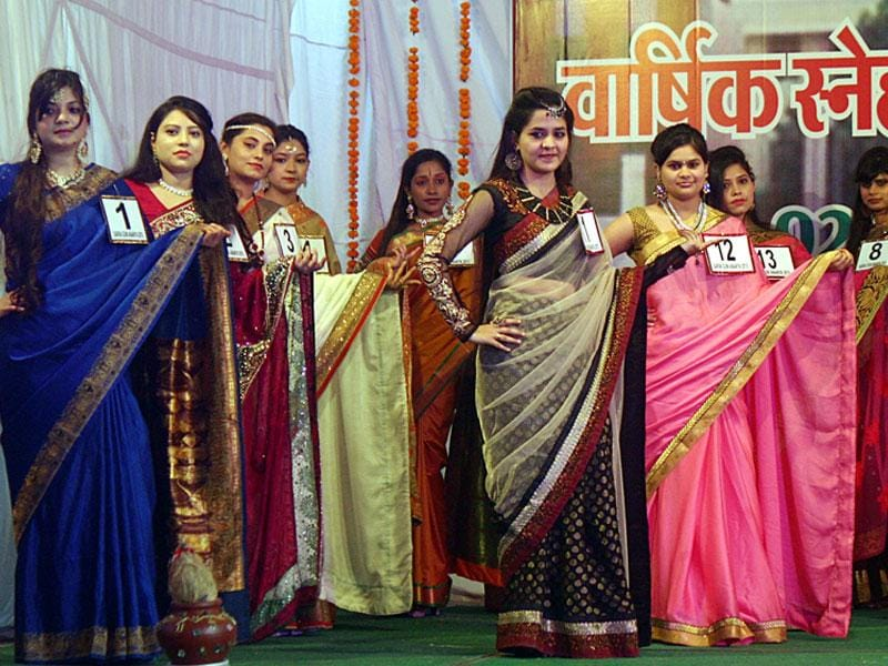 Girls at MLB College participate in annual cultural extravaganza 'Ananya 2015' with an array of activities in Bhopal on Thursday. (Bidesh Manna/HT photo)