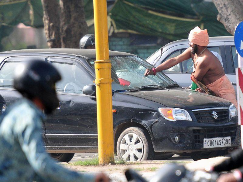 A self acclaimed spiritual guru on Friday created ruckus at Sector 38/25 light point when he started damaging the vehicles as well as hitting the passersby.Ravi Kumar.HT/photo