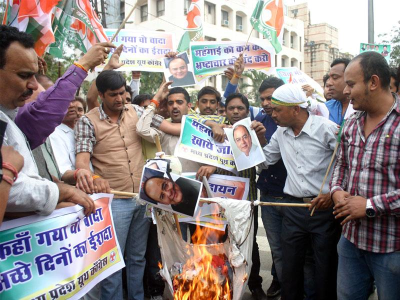 Youth Congress members protest against the Union budget and burn the poster of finance minister Arun Jaitley in Bhopal. (Bidesh Manna/HT photo)