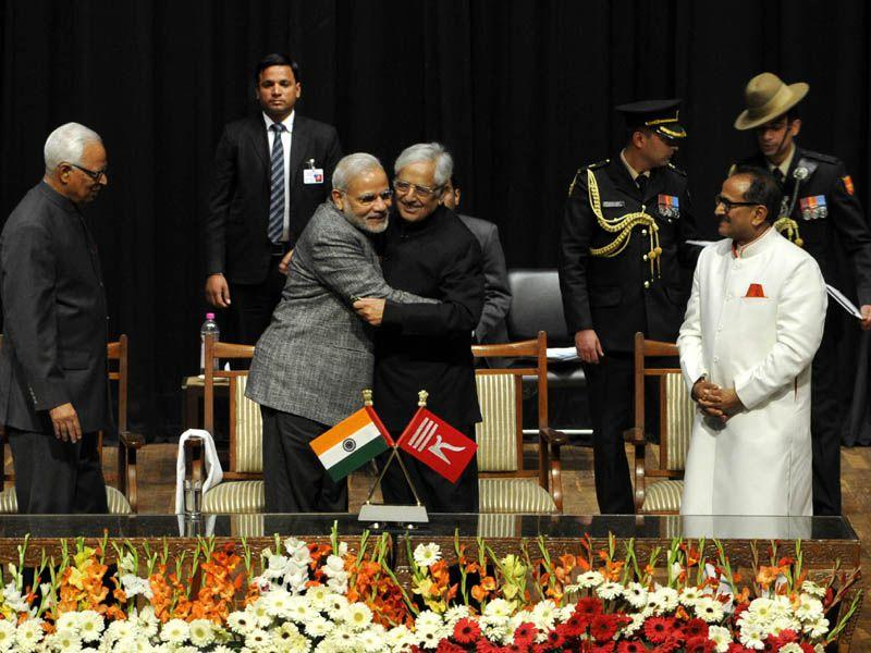 PM Narendra Modi congratulating newly elected chief minister Mufti Mohammad Sayeed after taking oath in Jammu. Nitin Kanotra/HT