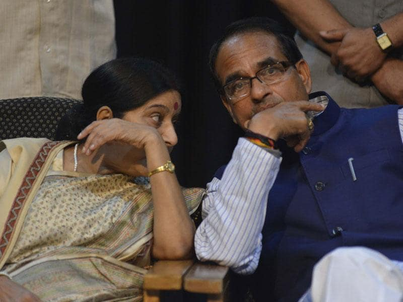 Minister of external affairs Sushma Swaraj and MP chief minister Shivraj Singh Chouhan attend the International Ramayana Mela in Bhopal. (Mujeeb Faruqui/HT photo)