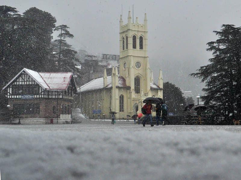 People walking during fresh spell of snowfall in Shimla. The state capital saw a low of 1.8 degrees celsius with 5cm of snow and 43.5 mm of rain. Santosh Rawat/HT