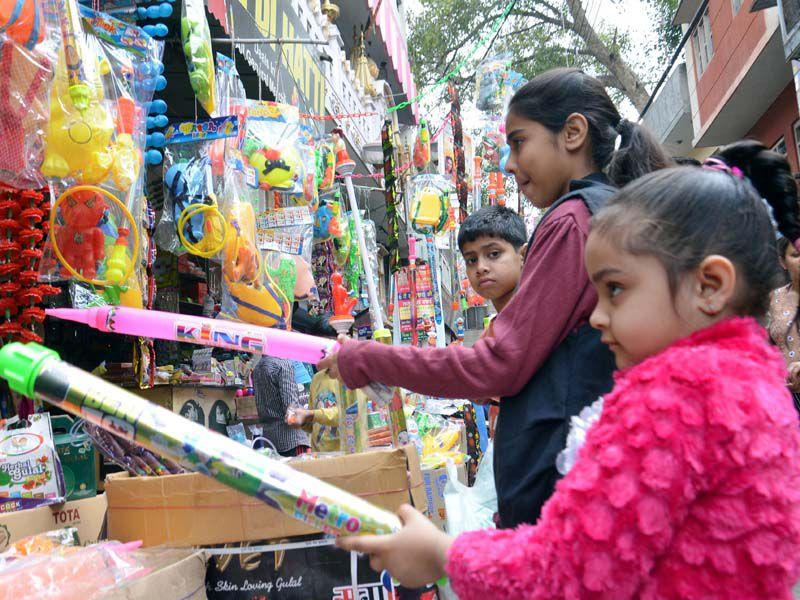 Children buying water guns to celebrate Holi festival in Amritsar. Sameer Sehgal/HT