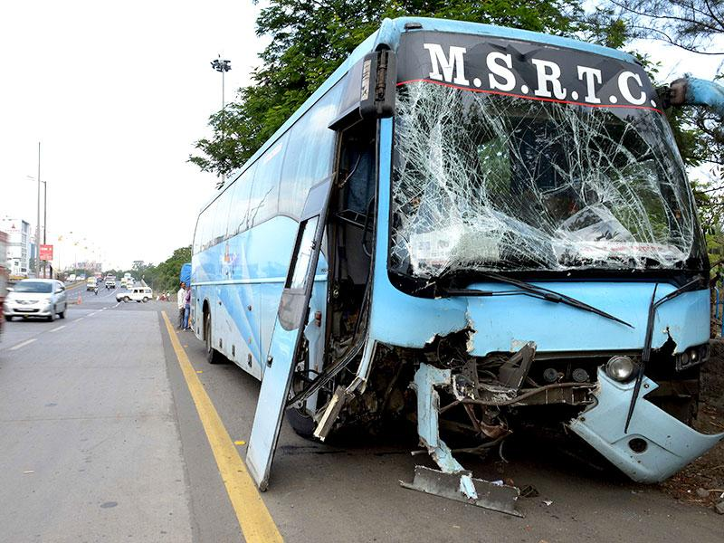 A Shivneri bus plying on the Borivali-Swargate route met with an accident near Nerul. (Bachchan Kumar/HT photo)