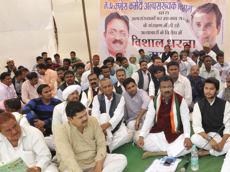 Madhya Pradesh Congress leaders stage a daylong dharna in Bhopal to protest against attacks on minorities. (Praveen Bajpai/HT photo)