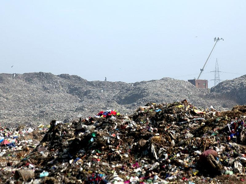 Smoke from the Deonar dumping ground continued to haunt the neighborhood colonies in Mumbai. (Kunal Patil/HT photo)