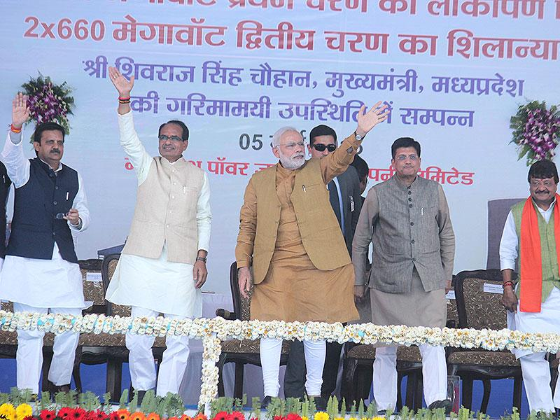Shivraj Singh Chouhan and PM Narendra Modi at a function held to mark the foundation stone laying ceremony of second phase of Singaji thermal power plant in Khandwa. (Shankar Mourya/HT photo)