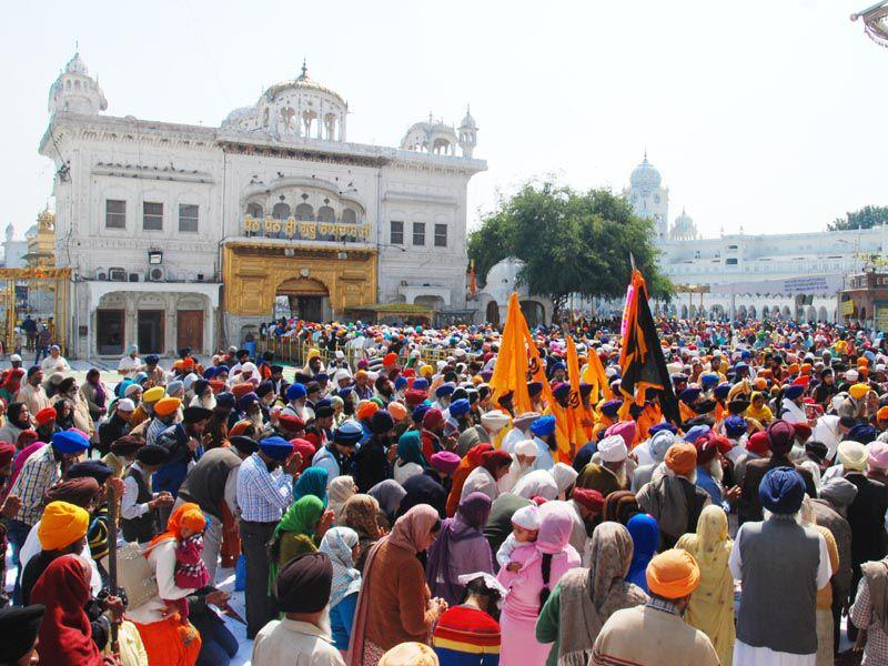 Devotees pay obesiance at Golden Temple during Hola Mohalla at Golden Temple in Amritsar. Sameer Sehgal/HT
