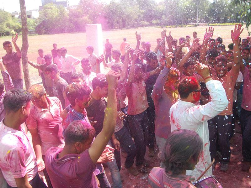 Madhya Pradesh police personnel celebrate Holi with gaiety in Bhopal on Saturday, a day after the festival. (Bidesh Manna/HT photo)