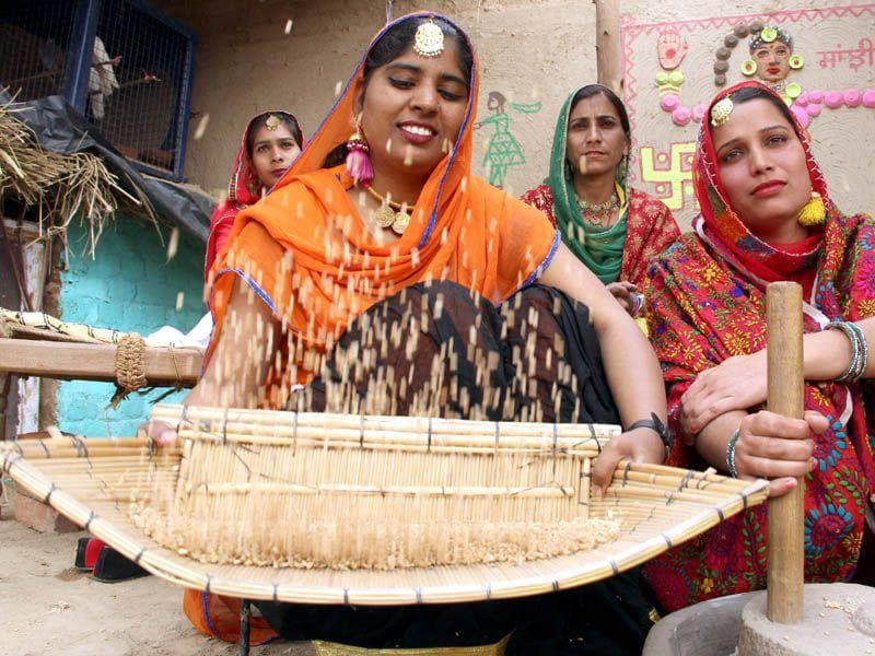 Girls demonstrate a traditional Punjabi culture in Saras Mela 2nd day at Bathinda. Sanjeev Kumar/HT