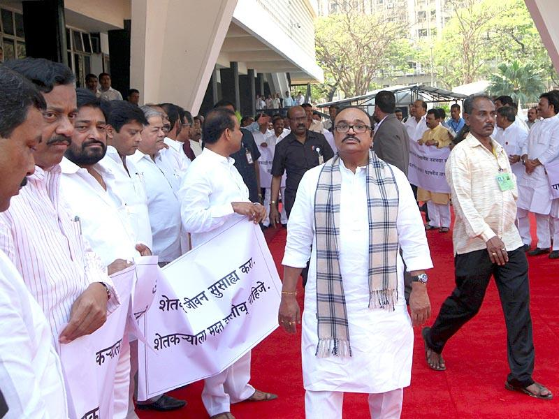 Congress and NCP MLAs protest against the BJP-Sena government on the first day of the budget session of Maharashtra legislature at Vidhan Bhavan in Mumbai. (Kunal Patil/HT photo)