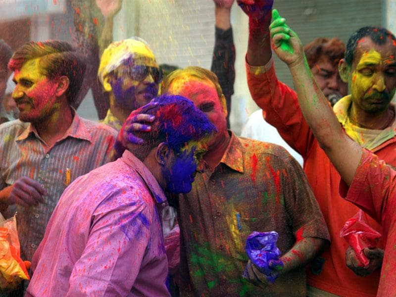 Traders in Indore smear the faces of their friends with vibrant colours on the eve of Rangpanchami on Monday. (Shankar Mourya/HT photo)