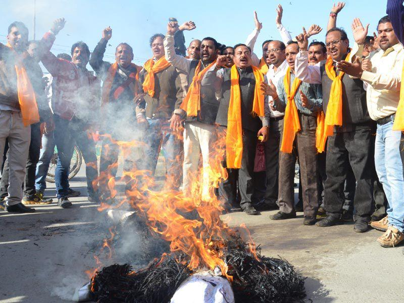 Activists of various Hindu organization protest over the release of separatist leader Masrat Alam Bhat. HT/Photo