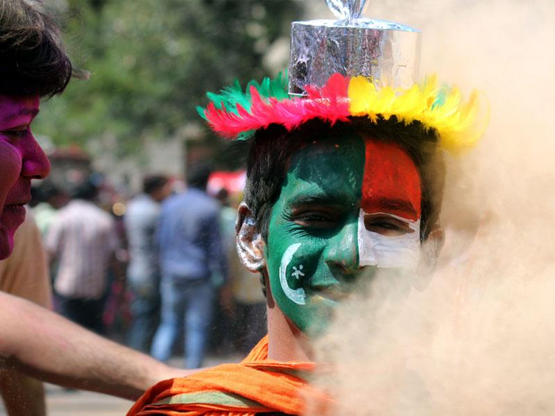 A boy paints the flags of India and Pakistan on his face to promote harmony between the two countries, in Indore on Tuesday. (Shankar Mourya/HT photo)