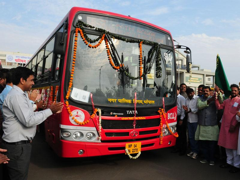 Bhopal mayor Alok Sharma flags off a new fleet of 10 low-floor buses on SR-7 route in Bhopal on Thursday. (Mujeeb Faruqui/HT photo)