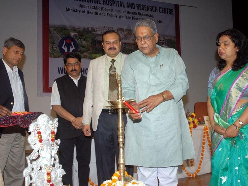Higher education minister Umashankar Gupta inaugurates a research methodology workshop at Bhopal Memorial Hospital and Research Centre on Thursday. (HT photo)