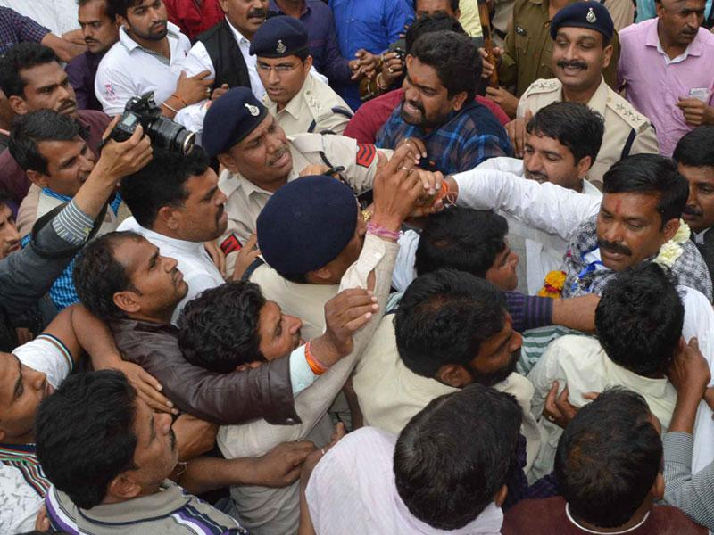 Congress and BJP supporters clash in Bhopal after it was revealed that Congress candidate Manmohan Nagar joined the BJP following hectic political lobbying. (HT photo)