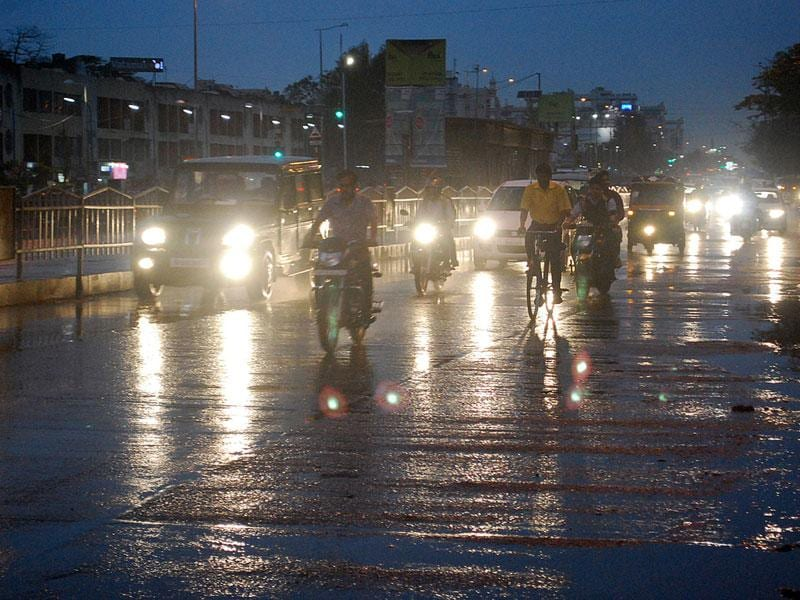 Sudden showers caught motorists by surprise in Indore on Friday. (Arun Mondhe/HT photo)