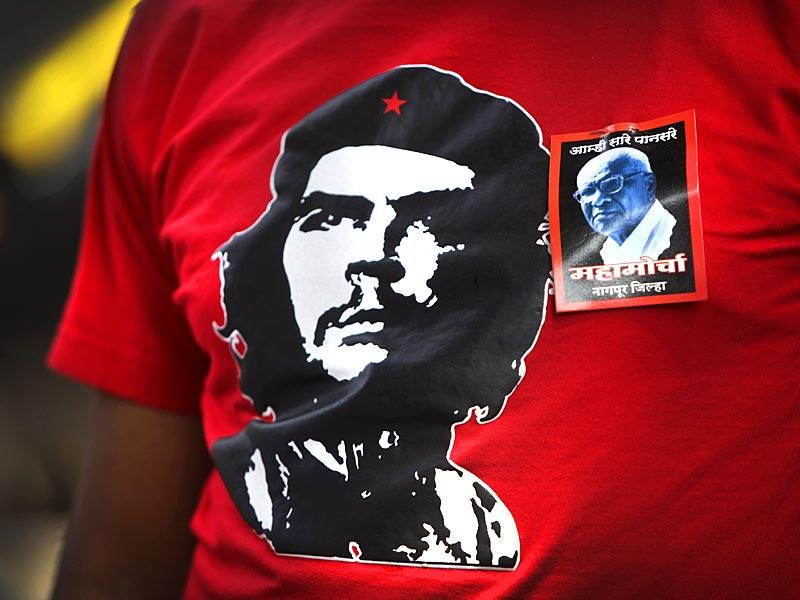 A CPI worker wears a t-shirt with a picture of the revolutionary leader Che Guevara as he participates in a protest against the killing of communist leader Govind Pansare, in Mumbai. (Kalpak Pathak/HT photo)