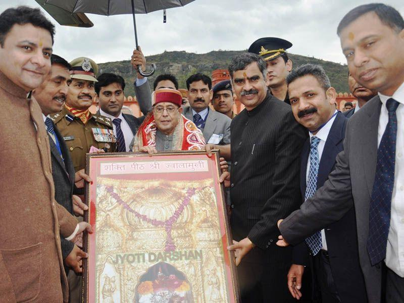 President Pranab Mukherjee being welcomed by Himachal Pradesh urban development minister Sudhir Sharma (second from right) at Sapri near Jawalamukhi. Gaurav Bisht/HT