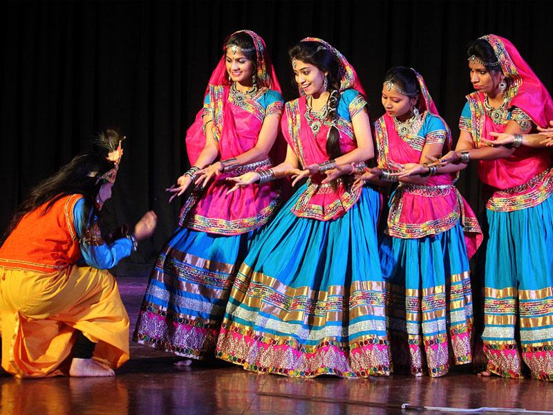 Students of Devi Ahilya Vishwavidyalaya perform a dance on the last day of the three-day annual cultural function in Indore. (Shankar Mourya/HT photo)