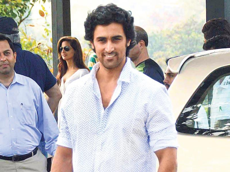 Kunal Kapoor poses for the shutterbugs at Aamir Khan's Lonavala house as everyone gears up for the star's birthday celebrations. (Photo: Yogen Shah)