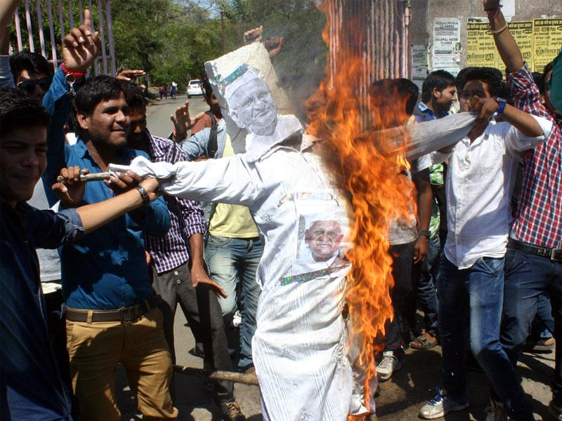 Students of MVM College burn the effigy of Anna Hazare to draw his attention towards PEB scam, in Bhopal on Wednesday. (Bidesh Manna/HT photo)
