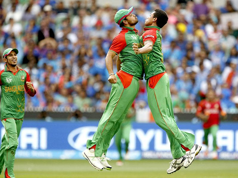 Bangladesh bowler Taskin Ahmed (R) celebrates with teammate Shakib Al Hasan after Shakib caught out India's Ajinkya Rahane during their 2015 World Cup quarter-final match in Melbourne. (Reuters Photo)