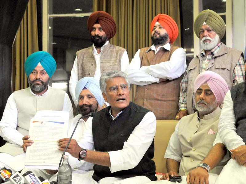 Punjab congress leader Sunil Jakhar along with senior leaders addressing the media persons.HT/Photo