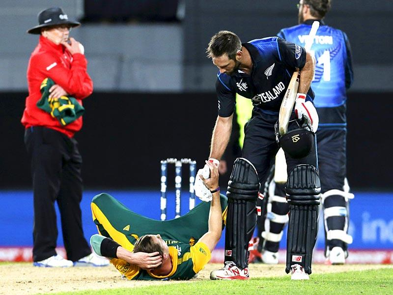 New Zealand's Grant Elliot helps South Africa's bowler Dale Steyn up after New Zealand won their Cricket World Cup semi-final match in Auckland. (Reuters)