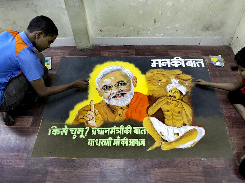 Students of Gurukul School of Arts, Parel made a rangoli to higlight the plight of Indian farmers. (Kalpak Pathak/HT photo)