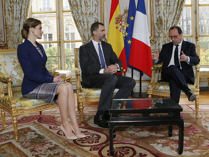 French President Francois Hollande, right, attends a meeting with Spain's King Felipe VI, center, and Queen Letizia at the Elysee Palace in Paris. (AP Photo)