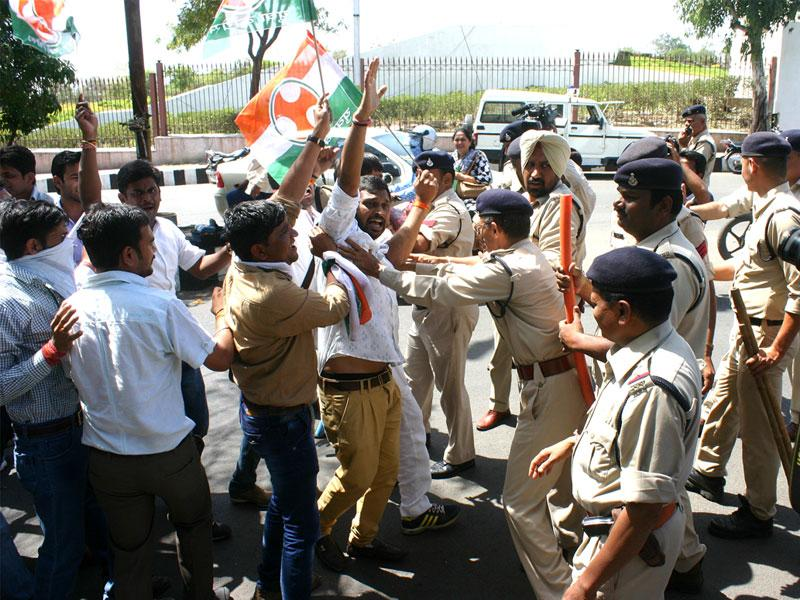 Police prevent Congress workers and candidates of PEB exam from marching ahead in Bhopal on Wednesday. (Bidesh Manna/HT photo)