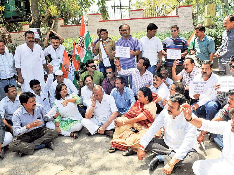 Congress workers sitting on dharna in front of the Assembly to express their solidarity with party MLAs, in Bhopal on Wednesday. (Praveen Bajpai/HT photo)