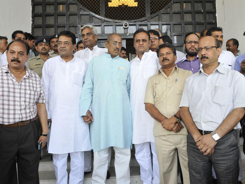Leader of Opposition Satyadev Katare (third from left), along with Arun Yadav and party MLAs, outside the assembly in Bhopal on Wednesday. (Praveen Bajpai/HT photo)