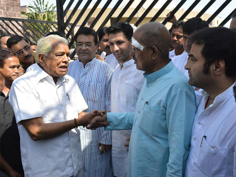 Home minister Babulal Gaur enquires after the health of leader of opposition Satyadev Katare in Bhopal on Thursday. (HT photo)