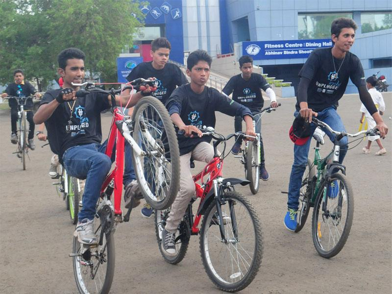 Cyclists perform stunts during a Cyclothon organised to raise awareness about Earth Hour, in Bhopal on Thursday. (Mujeeb Faruqui/HT photo)