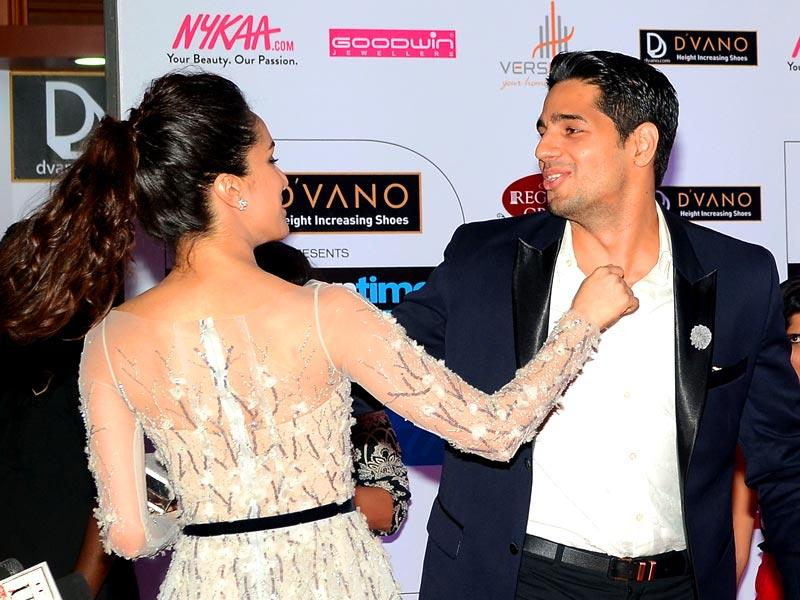 Shraddha Kapoor and Siddharth Malhotra share a light moment as they attend the 'HT Mumbai's Most Stylish Awards 2015' ceremony in Mumbai March 26, 2015. (AFP Photo)