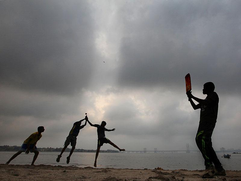 The spirit of the game lives on: Children were seen cricket at Prabhadevi Chowpatty in Mumbai, on the day when India was defeated by Australia at the World Cup semi-final clash.(Kunal Patil/HT photo)