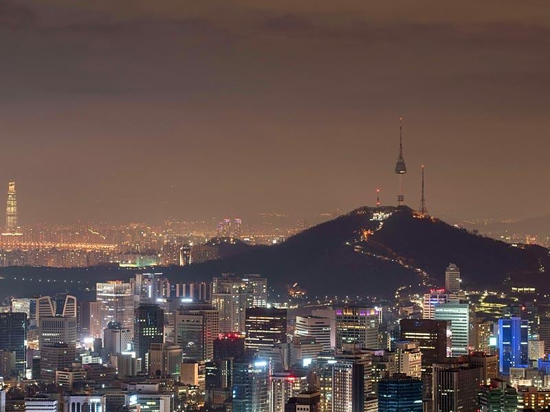 A general view shows the Seoul city skyline and the landmark Namsan Tower (R) during 'Earth Hour'. (AFP Photo)