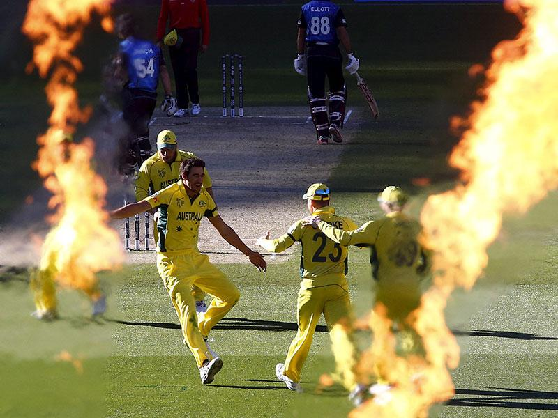 Australia's Mitchell Starc (C) celebrates with captain Michael Clarke after they dismissed New Zealand's Luke Ronchi for a duck during their Cricket World Cup final match at the Melbourne Cricket Ground (MCG) March 29, 2015. (REUTERS)