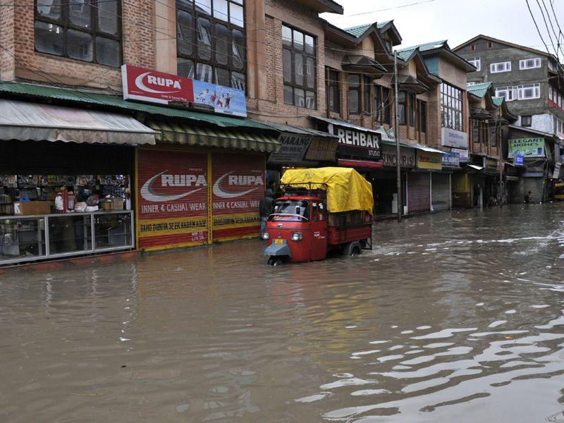 Vehicles move on the flooded roads during rain in Srinagar. Waseem Andrabi/HT