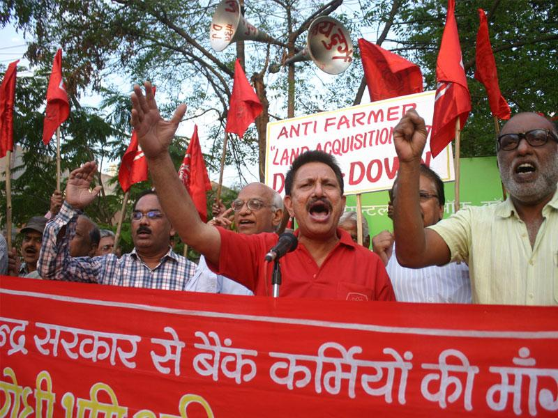 Members of MP bank officers' association stage a demonstration against the 'anti-farmer' land acquisition bill, in Bhopal on Monday. (Bidesh Manna/HT photo)