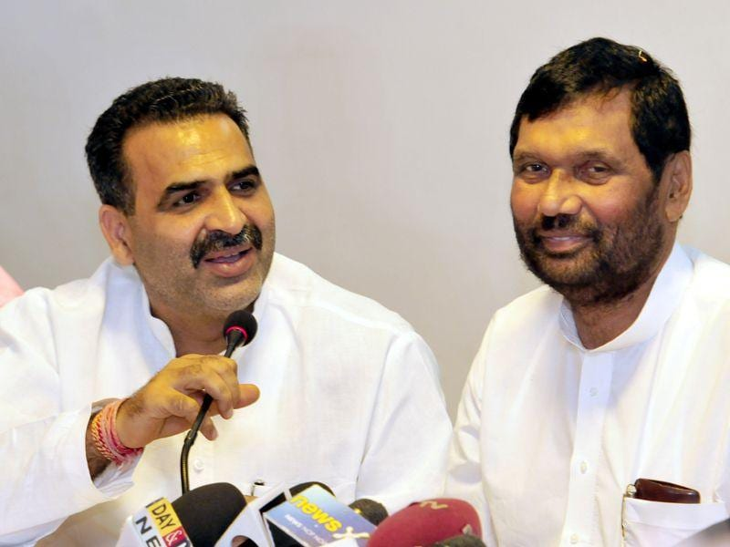 Union ministers Ram Vilas Paswan and Sanjeev Kumar Balyan interacting with the mediapersons at Chandigarh on Tuesday. Gurpreet Singh/HT